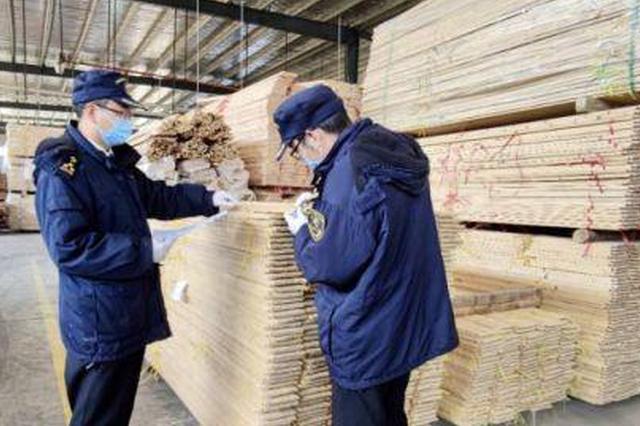 图为赣州海关对家具企业的原材料、生产工艺、成品等关键控制点开展日常监管。(资料图) 赵家敏 摄