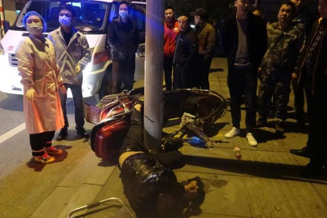 九江一男子凌晨酒驾电瓶车撞路灯 不锈钢插入腿里