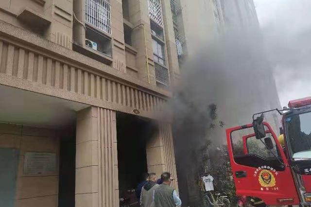 南昌一居民楼楼梯间起火 消防员切断窗户护栏救出14人