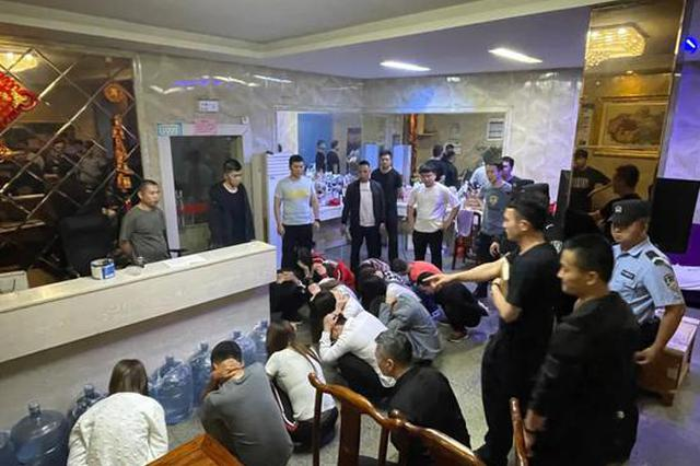 赣州警方突击多个黄赌窝点 32名男女连夜被带走