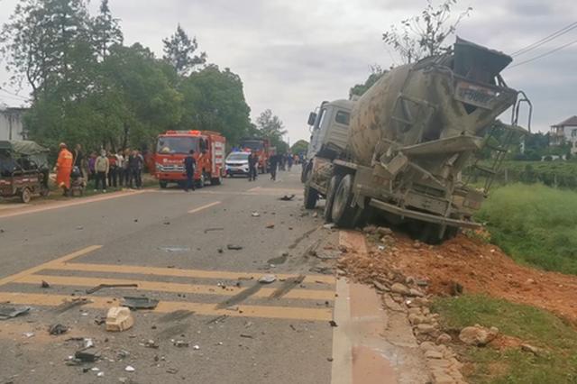 惊险!抚州发生一起严重车祸 2人被困