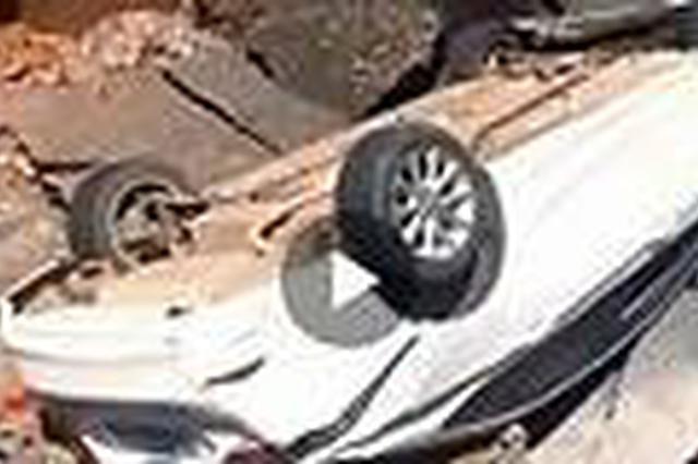 江西一路面塌陷车辆不慎掉坑 初步判断系连续暴雨所致