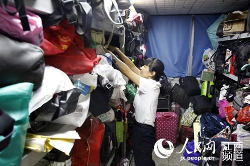 南昌火车站遗失物品管理工作人员正在整理遗失物品。