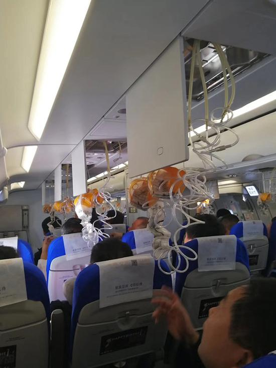 客舱氧气面罩脱落