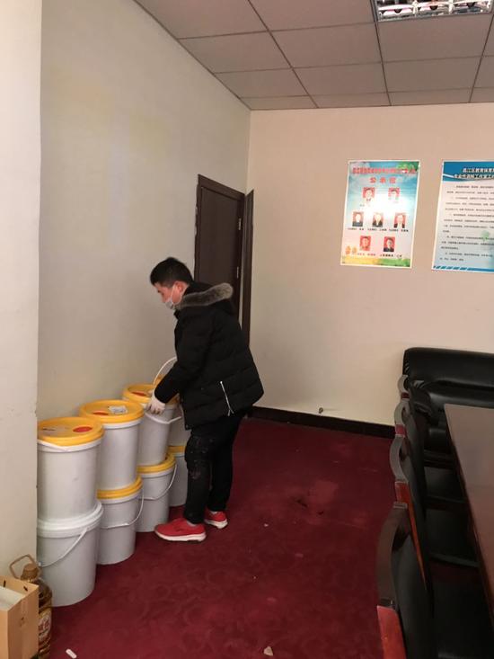 景德镇市昌江区教体局在接收捐赠的消毒液