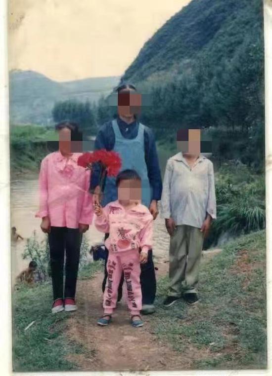 雷桥兰生前和家人的合照。受访者供图