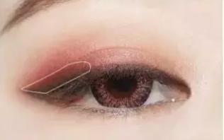 Step5:在眼位上方刷上桃红色眼影,向前微微晕染,过度自然。