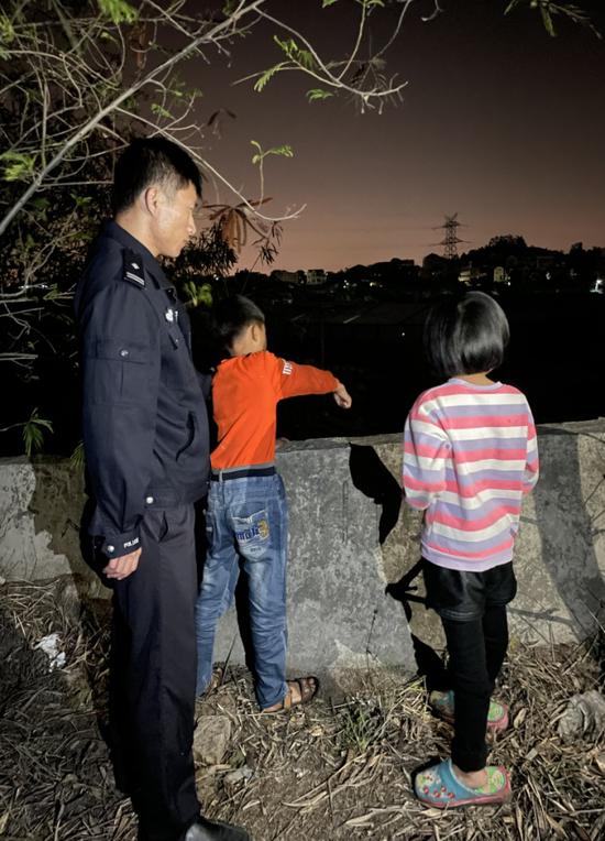 两名学生向公安指认扔石子现场