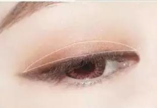 Step3:在上眼睑的中间位置,按来回折线的手法涂抹上浅金色眼影。