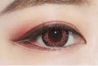 Step7:用金色珠光眼影在眼睑中间位置涂抹。