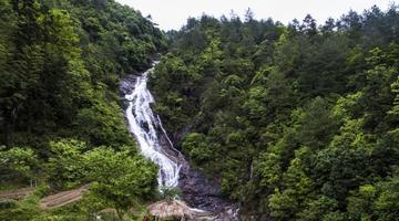 铅山畲乡风景秀丽 航拍百米瀑布