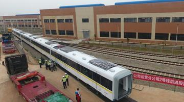 航拍南昌地铁列车吊装、连挂 场面壮观