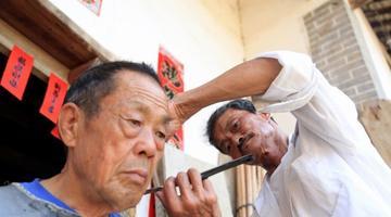 明升七旬理发师 理发服务乡邻50余年