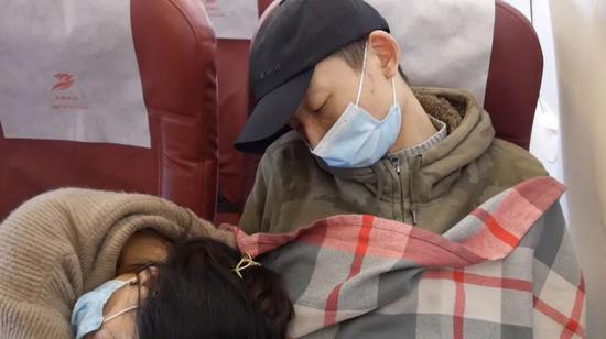 今年年初,姚策和妻子乘坐飞机转院到杭州治疗。新京报记者 刘名洋 摄
