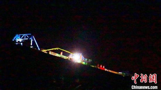 6月9日,昌景黄铁路跨京台公路特大桥连续梁中跨合龙段浇筑现场。 濮俊 摄