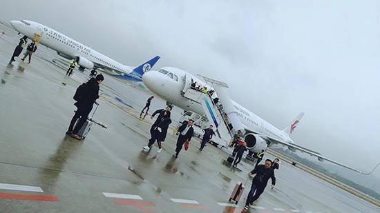 MU5257备降南昌,乘客下飞机。