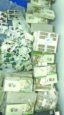 民警查获700多公斤用于诈骗的邮票警方供图
