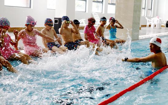 """2020南昌市体育局""""娃娃学游泳 体彩来买单""""千名学生免费游泳培训正式开班"""