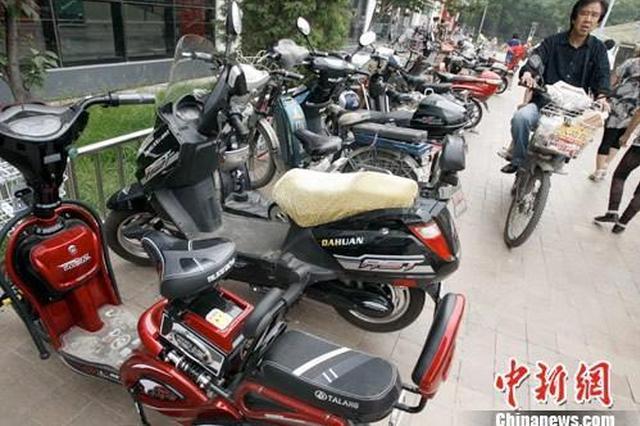 资料图:北京某大型超市前停的电动车。中新社发 张宇 摄