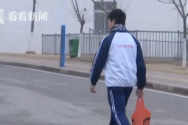 江西男生因Mp4被没收与老师起争执:被揪头发扇耳光