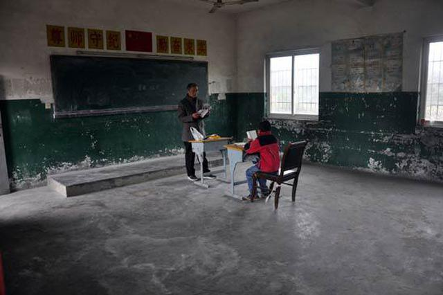江西九江一小学仅有一名学生 唯一玩伴是小狗