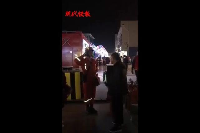 消防战士执勤时意外看到父母 流泪用军礼致敬(图)