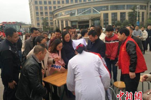 江西赣州客车侧翻事故已致11死20伤(图)
