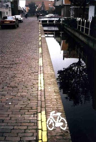 平静的水面下躺着多少自行车和它的主人