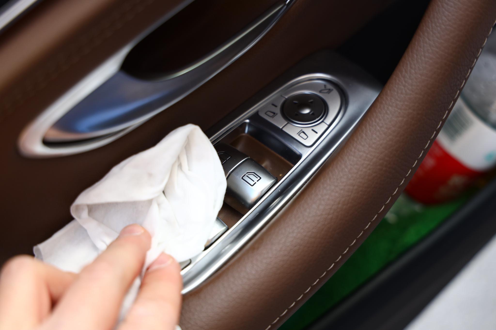 车窗控制键与车内门把手消毒