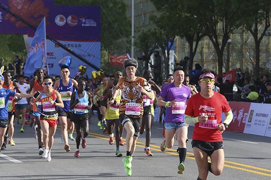 4月15日,山东,2018泰山国际马拉松开跑。