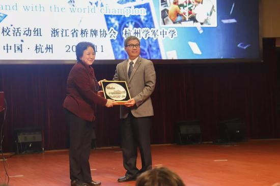 互赠仪式中国桥协副秘书长周敏(左)与校党委副书记陈伟浓(右)