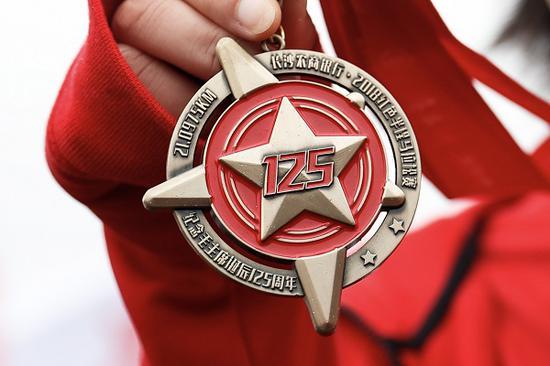 红色,对于中国人而言,是一栽稀奇的情结。