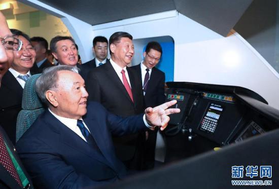 2017年6月8日,习近平邀请纳扎尔巴耶夫体验高铁模拟驾驶。(图片来自:新华网)