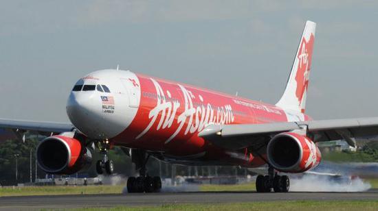 亚航D7237航班客机迫降西澳柏斯机场(《悉尼先驱晨报》图片)