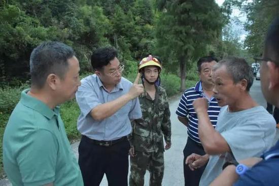 图为市委常委、副市长、政法委书记、公安局长李安平在现场部署处置方案