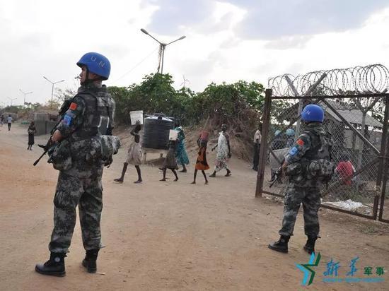 ▲中国南苏丹(朱巴)维和步兵营官兵正在巡逻。