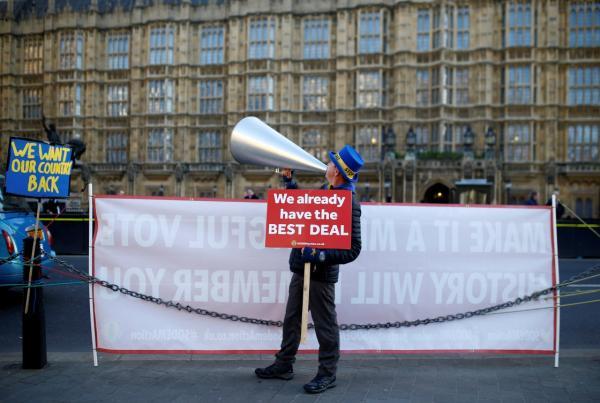 """1月8日,一名""""脫歐""""的反對者在英國倫敦議會大廈外示威。  新華社 圖"""