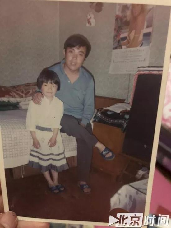 年轻时周继坤和女儿周莹莹的合影