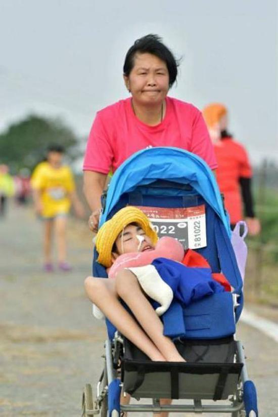 陈嘉龄带着儿子跑步。