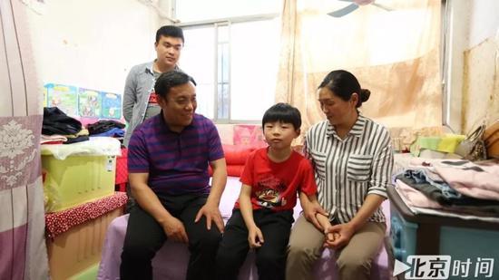 出租房内一家人的合影 左起周飞龙、周继坤、小涵涵、张侠 图/北京时间 贺世茂