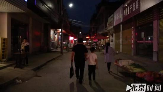 周继坤接小涵涵放学,牵着孩子的手回家 图/北京时间 贺世茂