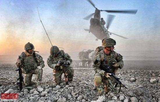 资料图:英军特战部队作战行动后,等待搭乘CH-47直升机撤离。
