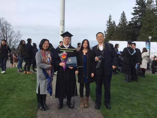 2016年,在加拿大不列颠哥伦比亚大学(UBC)的毕业典礼上,屈思源被授予食品市场分析专业荣誉学位。图为屈思源(左二)和家人摄于UBC玫瑰花园。