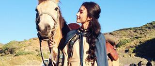 混血美人牵马前行自带江湖风