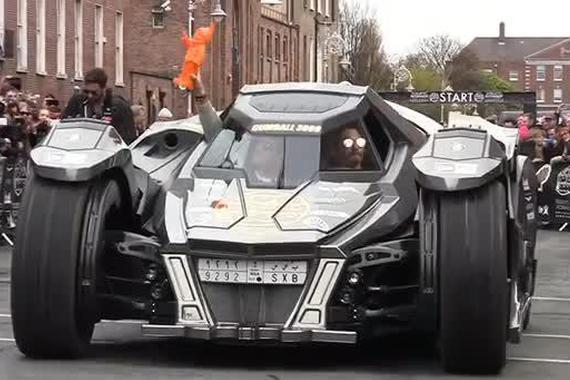 视频:小蛮牛变身的蝙蝠车,太拉风啦[酷]