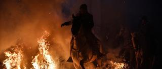西班牙勇士骑马跨越火海