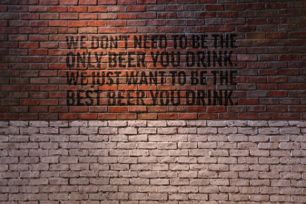 鹅岛品牌哲学印于鹅岛精酿啤酒吧1楼砖墙之上