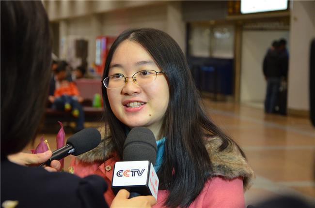 谭中怡微笑接受采访