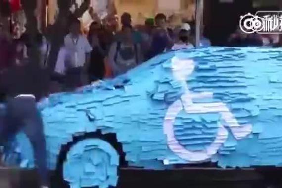 视频:一哥们残疾人车位停车,被路人整了