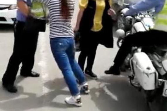 视频:女子违停被开罚单撒娇:我爱你